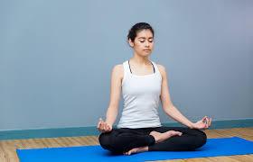 あぐらの姿勢で瞑想している女性 teaching-skill-02 | ヨガ ...
